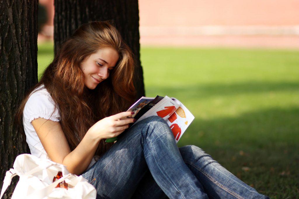 Mulher lendo revista sobre para melhorar a comunicação na Publicação Digital