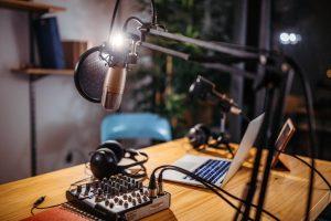 O que são podcasts e como eles estão dominando o mercado de notícias?